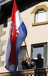 <p>Флаг Хорватии на здании посольства страны в Белграде 22 февраля 2008 года. Хорватия преодолела последнее препятствие на пути к вступлению в Евросоюз (ЕС): председатель Европейской комиссии Жозе Мануэл Баррозу заявил о завершении переговоров и назначил дату вступления на середину 2013 года. REUTERS/Nikola Solic</p>