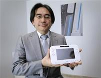 Satoru Iwata, presidente da Nintendo, exibe o novo videogame Wii U durante a feira E3, em Los Angeles, 8 de junho de 2011. Iwata afirmou que a queda nos preços das ações de sua empresa após o lançamento do aparelho o surpreendeu. 08/06/2011 REUTERS/Phil McCarten