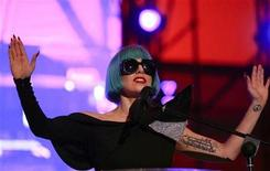 <p>La cantante pop Lady Gaga cerró el sábado una manifestación europea por los derechos homosexuales en Roma, con un emotivo llamado para que los gobiernos defiendan a las minorías sexuales. En la foto la cantante durante su presentación en Roma, el 11 de junio del 2011. REUTERS/Stefano Rellandini (ITALIA)</p>