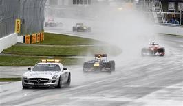 Safety car à frente da Red Bull de Sebastian Vettel e da Ferrari de Fernando Alonso, debaixo de chuva, no GP do Canadá de Fórmula 1. 12/06/2011  REUTERS/Chris Wattie
