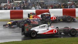 Lewis Hamilton, da McLaren, que abandonou a prova após acidente com o companheiro de equipe Jenson Button, em outro acidente no GP do Canadá, dessa vez com Mark Webber, da Red Bull. 12/06/2011 REUTERS/Chris Wattie
