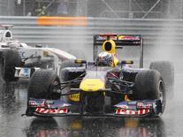 Sebastian Vettel, da Red Bull, seguido por Kazui Kobayashi, da Sauber, no GP do Canadá de F1. 12/06/2011  REUTERS/Jacques Boissinot/Pool