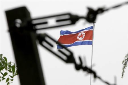 6月13日、韓国の金寛鎮(キム・グァンジン)国防相が、北朝鮮は核の小型化に恐らく成功したとの認識を示した。写真は、北京の北朝鮮大使館に掲げられた国旗。昨年5月撮影(2011年 ロイター/Jason Lee)