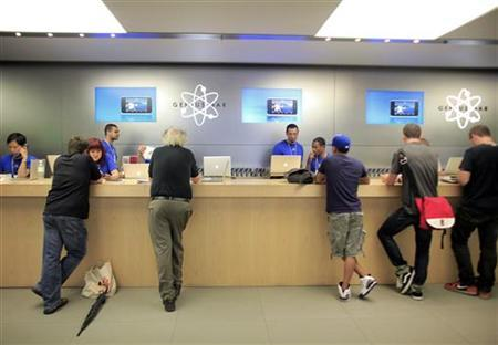 People are served at the Genius Bar at the Apple Store 5th Avenue in New York, June 24, 2010. REUTERS/Eric Thayer