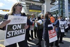 <p>Striking Air Canada employees picket outside Pearson International Airport in Toronto, June 14, 2011. REUTERS/Mike Cassese</p>