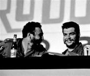 """<p>Foto de archivo del ex líder cubano Fidel Castro (izquierda en la imagen) junto al mítico guerrillero Ernesto """"Che"""" Guevara en Cuba. Cuba lanzó el martes un libro con manuscritos inéditos del mítico guerrillero Ernesto """"Che"""" Guevara, en el que se narran pasajes de la lucha rebelde en la isla que catapultó al poder el ex presidente Fidel Castro en la revolución de 1959. REUTERS/Prensa Latina (CUBA)</p>"""