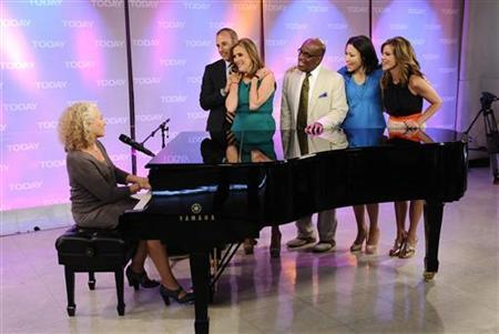 Singer Carole King (L) performs for ''Today'' show hosts (2nd L-R) Matt Lauer, Meredith Vieira, Al Roker, Ann Curry and Natalie Morales during Vieira's final show in New York June 8, 2011. REUTERS/Peter Kramer/NBC/Handout