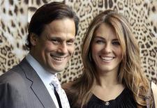 Atriz e modelo britânica Elizabeth Hurley com seu marido, o empresário indiano Arun Nayar, na Semana da Moda de Milão, em 2009. Eles se divorciaram após 4 anos de casamento. REUTERS/Alessandro Garofalo