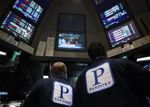 <p>Un grupo de operadores en el sitio donde se transan las acciones de la radio Pandora en el parqué de Wall Street en Nueva York, jun 15 2011. Las acciones de Pandora, un sitio de transmisión de radios online, abrieron el miércoles con un alza del 25 por ciento sobre el precio de 16 dólares por acción de su Oferta Pública Inicial, en otra muestra del gran apetito por firmas de internet. REUTERS/Brendan McDermid</p>