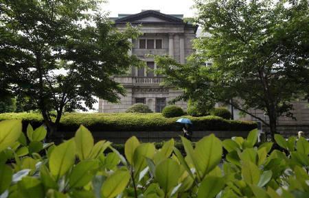 6月16日、超党派による「増税によらない復興財源を求める会」は、日銀よる復興国債の全額買い切りオペで調達することを求める声明文を決議した。写真は日銀本店。14日撮影(2011年 ロイター/Yuriko Nakao)