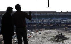 Autoridades brasileiras e do Comitê Olímpico Internacional visitam as obras no estádio do Maracanã. 08/06/2011 REUTERS/Sergio Moraes