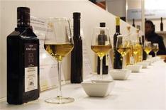 Оливковые масла на выставке Barcelona Degusta в Барселоне 6 марта 2009 года. Включение оливкового масла в рацион питания поможет снизить риск получения инсульта, показали французские исследования.   REUTERS/Albert Gea