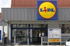 Супермаркет Lidl около Нанта 16 июня 2011 года. Пятеро детей госпитализированы после употребления бифштексов, зараженных кишечной палочкой E.coli, сообщают французские врачи. REUTERS/Stephane Mahe