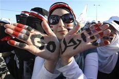 Демонстрантка во время акции протеста в Аммане, 15 мая 2011 года. Сирийский магнат Рами Махлуф, двоюродный брат президента Башара аль-Асада, уходит из бизнеса, сообщили государственные СМИ. Это событие можно расценить как серьезную уступку власти демонстрантам, которые постоянно выкрикивают имя Махлуфа на митингах против коррупции. REUTERS/Muhammad Hamed