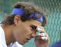Tenista espanhol Rafael Nadal pode se tornar o primeiro vencedor de Wimbledon a ter que estrear a defesa de seu título de Wimbledon na quadra coberta, na segunda-feira, já que a chuva ameaça alagar o primeiro dia do grand slam na grama. REUTERS/Toby Melville