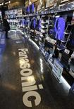 <p>Le géant de l'électronique Panasonic prévoit un bénéfice d'exploitation de 270 milliards de yens (2,4 milliards d'euros) pour l'exercice s'achevant en mars 2012, soit une chute de 11% par rapport à l'année précédente en raison des conséquences du séisme et du tsunami du 11 mars dernier. /Photo prise le 2 février 2011/REUTERS/Kim Kyung-Hoon</p>