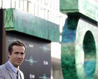 """Райан Рейнольдс на премьере """"Зеленого фонаря"""" в Голливуде, 15 июня 2011 года. Дорогостоящий фантастический фильм про супергероев """"Зеленый фонарь"""" возглавил североамериканский бокс-офис, несмотря на то, что его кассовые сборы еле дотянули до прогнозов. REUTERS/Mario Anzuoni"""