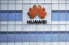 Логотип Huawei Technologies Co. Ltd. на здании офиса компании в Шэньчжэнь (Китай), 29 июня 2009 года. Китайская Huawei Technologies представила новый планшетный компьютер MediaPad, надеясь, что он сможет бросить вызов продукции лидеров рынка, Apple и Samsung Electronics. REUTERS/Stringer