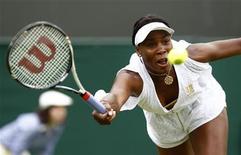 A tenista norte-americana Venus Williams durante jogo contra Akgul Amanmuradova, do Uzbequistão, no torneio de Wimbledon, em Londres. Williams derrotou a adversária por 6-3 e 6-1 nesta segunda-feira para garantir seu lugar na segunda rodada.  20/06/2011  REUTERS/Eddie Keogh