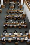 <p>Lecteurs dans la British Library. Google et la grande bibliothèque londonienne vont lancer un projet visant à numériser quelque 250.000 livres issus des fonds de la bibliothèque britannique, couvrant la période 1700-1870 et des événements comme la Révolution française ou l'abolition de l'esclavage. /Photo prise le 20 juin 2011/REUTERS/Paul Hackett</p>
