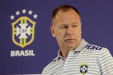 O técnico Mano Menezes em coletiva de imprensa no primeiro dia de preparações para a Copa América, no Rio de Janeiro. 20/06/2011 REUTERS/Ricardo Moraes