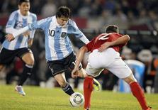 Lionel Messi tenta o drible durante amistoso da Argentina contra a Albânia. 20/06/2011 REUTERS/Enrique Marcarian