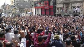 Акция протеста в сирийском городе Банияс 6 мая 2011 года. Вооруженные силы Сирии усилили контроль за территорией рядом с турецкой границей в районе города Алеппо на фоне обещаний президента страны Башара аль-Асада провести реформы, которые не удовлетворили требований протестующих. REUTERS/Handout