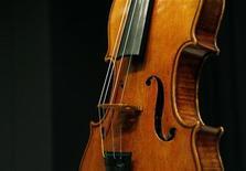 Скрипка Страдивари в аукционном доме Christie's в Нью-Йорке 27 марта 2008 года. Редкая скрипка Страдивари, некогда принадлежавшая внучке английского поэта Джорджа Гордона Байрона, была продана в понедельник за рекордные 9,8 миллиона фунтов стерлингов ($15,9 миллиона) на благотворительном аукционе, организованном, чтобы помочь пострадавшей от удара стихии Японии. REUTERS/Brendan McDermid