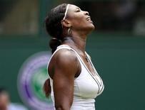Serena Williams, dos Estados Unidos, sobreviveu a um teste difícil a seu físico para estrear com vitória na campanha pela defesa do título de Wimbledon, derrotando a francesa Aravane Rezai por 6-3, 3-6 e 6-1 nesta terça-feira. 21/06/2011 REUTERS/Stefan Wermuth