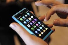 <p>Le Nokia N9, combiné tactile dont l'interface fonctionne d'un simple glissement de doigt. La coque est conçue en polycarbonate. Il devrait s'agir du premier et du seul mobile de la gamme du finlandais à fonctionner sous MeeGo. /Photo prise le 21 juin 2011/REUTERS/Heikki Saukkomaa/Lehtikuva</p>