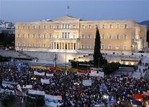 Тысячи демонстрантов у здания парламента Греции в Афинах 21 июня 2011 года. Правительство Греции в ночь на среду получило вотум доверия от парламента, убрав важное препятствие на пути к следующему траншу финансовой помощи Европы и МВФ и предотвращению первого в истории еврозоны дефолта. REUTERS/Yiorgos Karahalis