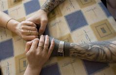 Заключенный на свидании с девушкой в больнице в Томске, 4 июня 2008 года. Посетители главного тюремного комплекса Нью-Йорка смогут повидаться с заключенными лишь в том случае, если согласятся облачиться в широкую, мешковатую зеленую футболку. REUTERS/Thomas Peter
