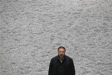 """<p>Foto de archivo del artista chino Ai Weiwei con su instalación """"Sunflower Seeds"""" en el salón Turbine de la galería de Arte Moderno Tate de Londres, oct 11 2010. El artista disidente chino Ai Weiwei, detenido desde abril, fue puesto el miércoles en libertad bajo fianza, dijeron medios estatales citando a la policía de Pekín. REUTERS/Stefan Wermuth</p>"""