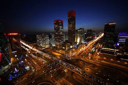 Vehicles drive on Three Ring Road (left) and Jianwai Street (right) during the evening rush hour in central Beijing, December 23, 2010. REUTERS/Jason Lee/Files