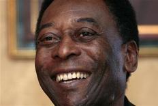 Pelé sorri em coletiva em Hong Kong, China, março de 2011. Pelé se mostrou preocupado quanto ao andamento das obras no Brasil para a Copa do Mundo de 2014. 07/03/2011 REUTERS/Tyrone Siu
