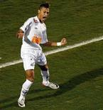 Neymar comemora o gol marcado por ele que abriu o marcador na final da Copa Libertadores contra o Peñarol, do Uruguai. O Santos venceu por 2 x 1 em São Paulo e conquistou o tricampeonato. 22/06/2011 REUTERS/Rodolfo Buhrer