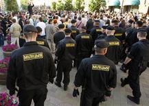 """Белорусская милиция разгоняет участниуов акции в Минске 22 июня 2011 года. Белорусская милиция освободила большинство задержанных накануне вечером участников молчаливой уличной акции, организованной оппозицией посредством социальных интернет-сетей, сообщила в четверг правозащитная организация """"Весна- 96"""". REUTERS/Vasily Fedosenko"""