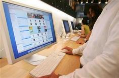 Мужчина пользуется iTunes в магазине Apple в Токио 25 августа 2006 года. Apple Inc по запросу Израиля удалила из iTunes арабоязычное приложение, призывающее палестинцев к восстанию, сообщило израильское правительство в четверг. Ранее страницу с аналогичным содержанием удалил Facebook.  REUTERS/Kiyoshi Ota/Files