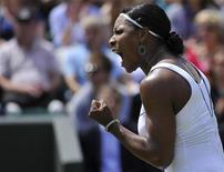 A tenista norte-americana Serena Williams em partida contra a romena Simona Halep em partida do Aberto britânico. 23/06/2011 REUTERS/Toby Melville