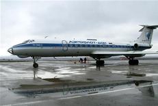 Самолет Ту-134 в аэропорту Грозного 8 марта 2007 года. Авиационные власти России фактически запретят с нового года полеты советских лайнеров, производство которых началось еще в 1960-х годах, следуя поручению президента закрыть небо для устаревших самолетов.  REUTERS/Said Tsarnayev
