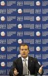 Президент России Дмитрий Медведев выступает на Международном экономическом форуме в Санкт-Петербурге 18 июня 2011 года. Российский президент Дмитрий Медведев предложил вернуть на прежний уровень в 5 процентов 7-процентный проходной барьер на парламентских выборах, поднятый в президентство его старшего партнера по тандему Владимира Путина.   REUTERS/Alexander Demianchuk