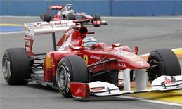 Fernando Alonso, da Ferrari, à frente de Lewis Hamilton, da McLaren, durante segunda sessão de treino antes do GP de Valência. 24/06/2011 REUTERS/Heino Kalis
