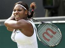 Serena Williams durante jogo contra Maria Kirilenko, no torneio de Wimbledon, em Londres. Serena e Venus Williams têm grande vantagem sobre as mulheres no 125o torneio de Wimbledon, que entra em sua segunda semana. 25/06/2011             REUTERS/Suzanne Plunkett