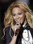 """Beyoncé se apresenta durante gravação do programa """"Oprah's Surprise Spectacular"""", em Chicago, em maio. Beyoncé subirá ao palco em Glastonbury neste domingo para fechar o festival de música, esperando repetir o sucesso de seu marido Jay-Z em 2008 e ajudar a gigantesca multidão a afastar os pensamentos de lama e uma longa viagem de volta para casa. 17/05/2011      REUTERS/John Gress"""