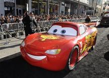 """Personagem do filme """"Carros 2"""", na estreia do filme em Hollywood. A sequência da Pixar considerada por muitos críticos o pior filme já produzido pelo estúdio de animação da Disney, liderou as bilheterias da América do Norte neste final de semana. 18/06/2011 REUTERS/Gus Ruelas"""