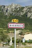 """<p>Des centaines de personnes persuadées que la fin du monde est pour le 21 décembre 2012 affluent à Bugarach, un petit village de l'Aude censé y échapper grâce aux extraterrestres, suscitant ironie et méfiance. Le """"Pech"""" rocailleux - un endroit plat et surélevé en langue occitane - qui culmine à 1.230 mètres et domine le village attire une foule de """"pèlerins"""". /Photo prise le 24 juin 2011/REUTERS/Jean-Philippe Arles</p>"""