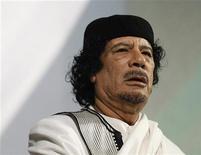 Архивное фото ливийского лидера Муаммара Каддафи из Рима 30 августа 2010 года. Международный уголовный суд в понедельник выдал ордеры на арест ливийского лидера Муаммара Каддафи, его сына Саифа аль-Ислама и главы ливийской разведки Абдуллы аль-Сенусси, обвинив их в преступлениях против человечности. REUTERS/Max Rossi/Files