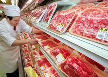 <p>A store clerk adjusts Canadian beef at a meat store in Tokyo January 15, 2006. REUTERS/Yuriko Nakao</p>