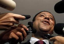 """O ministro do Esporte, Orlando Silva, conversa com jornalistas em São Paulo, março de 2011. Silva afirmou que as críticas da Fifa com relação ao ritmo das obras da Copa do Mundo de 2014 são uma """"visão imprecisa"""". 28/03/2011 REUTERS/Nacho Doce"""