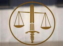 Символ Правосудия около кабинета прокуроров в Ницце, 9 октября 2009 года. Российская Госдума собирается принять в первом чтении законопроект, который позволит власти не слушаться Европейского суда по правам человека, но не избавит Россию от выплаты компенсаций, присужденных в Страсбурге. REUTERS/Eric Gaillard